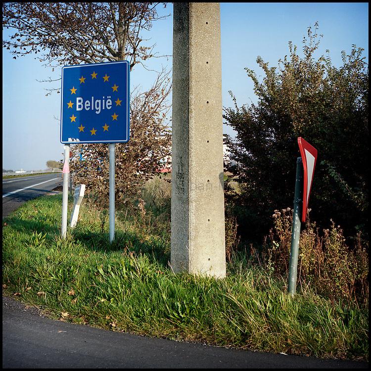 Le 16 octobre 2011, frontière Belgique / France, près d'Adinkerke (B), RN35. Panneau indiquant l'entrée en Belgique.