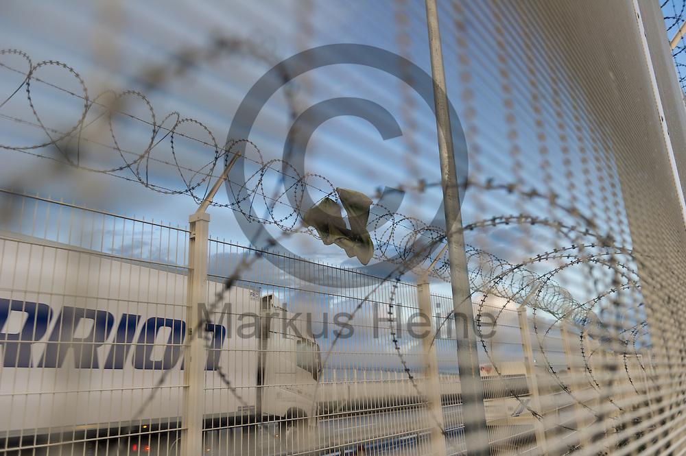 Calais, Frankreich - 17.10.2016<br /> Ein Handtuch h&auml;ngt beim Dschungel von Calais in dem Stacheldraht eines Schutzzauns. Das Fluechtlingscamp an der Kueste zum Aermelkanal soll laut franz&ouml;sischer Regierung in den n&auml;chsten Tagen geraeumt werden. In dem Camp leben um die 1000 Fluechtlinge und warten auf die Moeglichkeit zur Weiterreise durch den Eurotunnel nach Gro&szlig;britannien. Photo: Foto: Markus Heine / heineimaging<br /> <br /> Calais, France - 2016/10/17<br /> A towel hangs near the Calais Jungle in the barbwire of a protective fence. The refugee camp on the coast to the English Channel is to be cleared in the next few days, according to the French government. In the camp live around the 1000 refugees and wait for the possibility to travel further through the Eurotunnel to the UK. Photo: Foto: Markus Heine / heineimaging<br /> <br /> ------------------------------<br /> <br /> Ver&ouml;ffentlichung nur mit Fotografennennung, sowie gegen Honorar und Belegexemplar.<br /> <br /> Bankverbindung:<br /> IBAN: DE65660908000004437497<br /> BIC CODE: GENODE61BBB<br /> Badische Beamten Bank Karlsruhe<br /> <br /> USt-IdNr: DE291853306<br /> <br /> Please note:<br /> All rights reserved! Don't publish without copyright!<br /> <br /> Stand: 10.2016<br /> <br /> ------------------------------