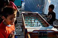 FEIRA DA KANTUTA - Jovens disputam partida de pebolim, ao custo de 50 centavos para cada 5 gols, na feira boliviana na praça Kantuka, no bairro Canindé, em São Paulo. 26/06/2016