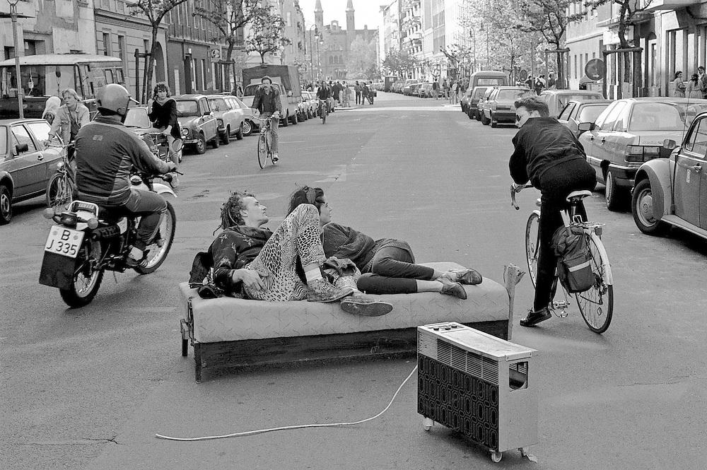 Germany - WEST BERLIN - KREUZBERG 1985 - 1, Mai; <br /> Straflenszene in der Muskauer Strasse, nahe dem<br /> Mariannenplatz...<br /> 01.05.1985<br /> &copy;  christian  JUNGEBLODT.