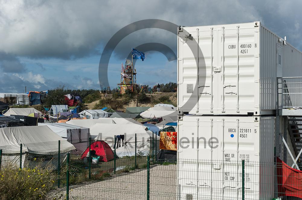 Calais, Frankreich - 17.10.2016<br /> Container des offiziellen Camps im Dschungel von Calais stehen neben den Zelten des inoffiziellen Camps. Das Fluechtlingscamp an der Kueste zum Aermelkanal soll laut franz&ouml;sischer Regierung in den n&auml;chsten Tagen geraeumt werden. In dem Camp leben um die 1000 Fluechtlinge und warten auf die Moeglichkeit zur Weiterreise durch den Eurotunnel nach Gro&szlig;britannien. Photo: Foto: Markus Heine / heineimaging<br /> <br /> Calais, France - 2016/10/17<br /> Container which are part of the official Camp in the Calais Jungle stand beside the tents in the unofficial Part of the camp. The refugee camp on the coast to the English Channel is to be cleared in the next few days, according to the French government. In the camp live around the 1000 refugees and wait for the possibility to travel further through the Eurotunnel to the UK. Photo: Foto: Markus Heine / heineimaging<br /> <br /> ------------------------------<br /> <br /> Ver&ouml;ffentlichung nur mit Fotografennennung, sowie gegen Honorar und Belegexemplar.<br /> <br /> Bankverbindung:<br /> IBAN: DE65660908000004437497<br /> BIC CODE: GENODE61BBB<br /> Badische Beamten Bank Karlsruhe<br /> <br /> USt-IdNr: DE291853306<br /> <br /> Please note:<br /> All rights reserved! Don't publish without copyright!<br /> <br /> Stand: 10.2016<br /> <br /> ------------------------------