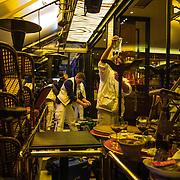 Des secouristes installent un hopital de campagne dans un restaurant, le 13 novembre 2015 boulevard des Filles du Calvaire à Paris, à proximité de la salle du Bataclan dans laquelle se déroule au même moment une attaque terroriste.
