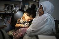 Una pellegrina etiope mentre si fa tatuare l'avambraccio. In passato il tatuaggio era un simbolo di riconoscimento e un lasciapassare per accedere a conventi e luoghi sacri