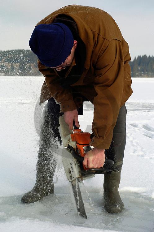 28/02/04 - LAC DU GUERY - PUY DE DOME - FRANCE - Peche nordique sur un lac gele en Auvergne. Seul endroit en France ou cette peche peut etre pratiquee - Photo Jerome CHABANNE