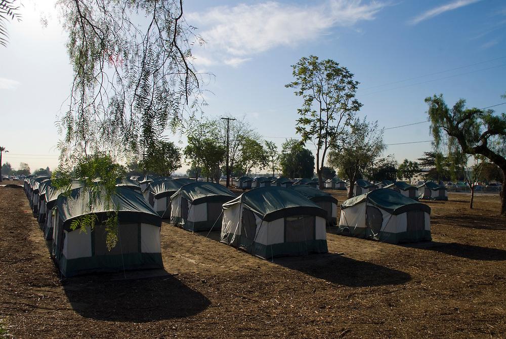 Camp Hope, eine Zeltstadt fuer Obdachlose in Ontario, Kalifornien.Das  von der Stadt Ontario errichtete neue und eingezaeunte Zeltcamp..Fotos © Stefan Falke..Camp Hope, a  tent city for the homeless in Ontario, California.The new and fenced in tent camp is built by the city of Ontario