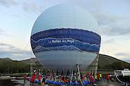 14/05/14 - SAINT OURS LES ROCHES - PUY DE DOME - FRANCE - Gonflage du Ballon des Puys, 6000 m3 d'hélium et 55 personnes mobilises pour le montage de ce ballon captif - Photo Jerome CHABANNE