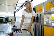 Frau beim Tanken, Tankstelle (model-released)