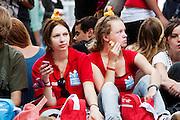 Studenten wachten aan de Maliebaan in Utrecht op de parade, waar de studentenverenigingen van Utrecht zich presenteren aan de nieuwe lichting. Vandaag zijn in Utrecht de introductiedagen, onder de noemer UIT, van start gegaan. Eerstejaars studenten maken onder begeleiding van ouderejaars kennis met elkaar en de stad waar ze gaan studeren.<br /> <br /> Students are watching the parade of the societies during the introduction week of the university.