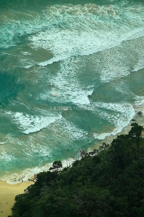 Bocas del Toro es una provincia de Panam&aacute; y su capital es la ciudad hom&oacute;nima de Bocas del Toro. Tiene una extensi&oacute;n de 4 643,9 km&sup2;, una poblaci&oacute;n de 125,461 habitantes (2010)1 y sus l&iacute;mites: al norte con el mar Caribe, al sur con la provincia de Chiriqu&iacute;, al este y sureste con la comarca Ng&auml;be-Bugl&eacute;, al oeste y noroeste con la provincia de Lim&oacute;n de Costa Rica; y al suroeste con la provincia de Puntarenas de Costa Rica. La provincia incluye la isla Escudo de Veraguas que se encuentra en el golfo de los Mosquitos y separada del resto por la pen&iacute;nsula Valiente.<br /> <br /> En la provincia de Bocas del Toro, la geograf&iacute;a y la cultura han influido las relaciones de producci&oacute;n: agr&iacute;colas en tierra firme (Changuinola, Almirante, Guabito y Chiriqu&iacute; Grande) con poblaci&oacute;n mayoritariamente ind&iacute;gena y cuyo principal cultivo es el banano que registra un gran aporte al pa&iacute;s en cuanto a exportaci&oacute;n, principalmente a los Estados Unidos y Europa; y tur&iacute;stica - de servicios en el archipi&eacute;lago (Bastimentos y Bocas Isla tambi&eacute;n llamada Isla Col&oacute;n) con poblaci&oacute;n latina -afroantillana, cuya econom&iacute;a se basa en el turismo, los servicios y la pesca.<br /> <br /> Los parques nacionales en la provincia son Isla Bastimentos Parque Marino Nacional (Parque Nacional Marino Isla Bastimentos), que contiene la mayor parte de la Isla Bastimentos y algunas islas cercanas m&aacute;s peque&ntilde;as, y el Parque Internacional La Amistad (Parque Internacional La Amistad), que se extiende por el Costa Rica-. frontera Panam&aacute;  Bocas del Toro contiene la mayor parte de la secci&oacute;n paname&ntilde;a del parque, que cubre 400.000 hect&aacute;reas (4.000 km2, 1544 millas cuadradas). La secci&oacute;n costarricense del parque abarca 584.592 hect&aacute;reas (5.846 km2, 2257 millas cuadradas). Parque Internacional La Amistad, declar