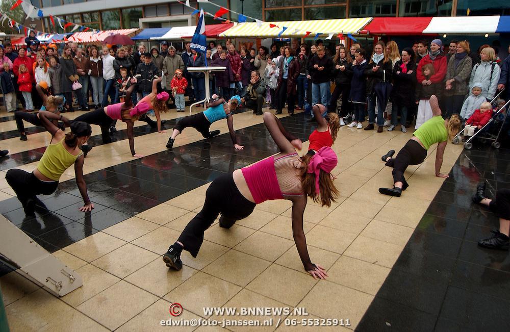 Koninginnedag 2002 Huizen, optreden streetdance groep Carrie Schomper