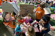Een meisje lakt voor geld nagels op de kindervrijmarkt in Utrecht tijdens Koninginnedag 2012.<br /> <br /> A girl is playing a make-up artist at the flee market on Queensday in Utrecht.