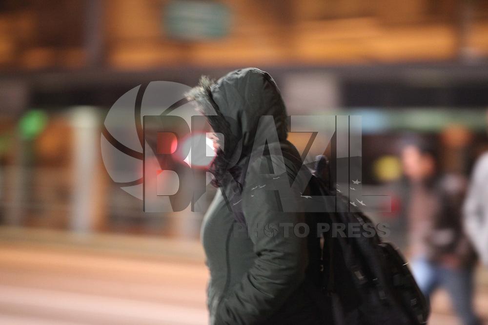 SAO PAULO, SP, 19/07/2012, CLIMA TEMPO.  Com agasalhos pesados, o paulistano enfrenta o final da madrugada gelada dessa Quinta-feira (19), o termometro do alto do Conjunto Naciona na Av. Paulista chegou a marcar 6ºC. Luiz Guarnieri/ Brazil Photo Press