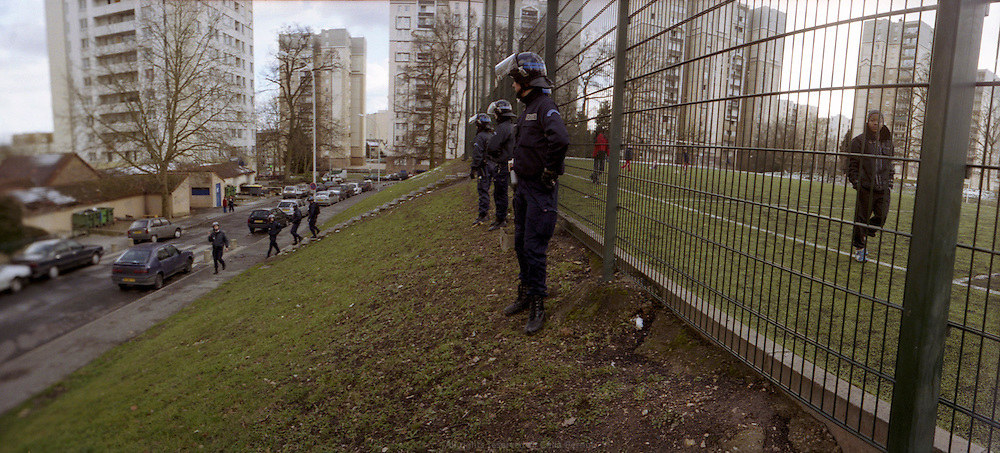 Membres du GAT, en patrouille quotidienne dans la cit&eacute; des Tarter&ecirc;ts.<br />