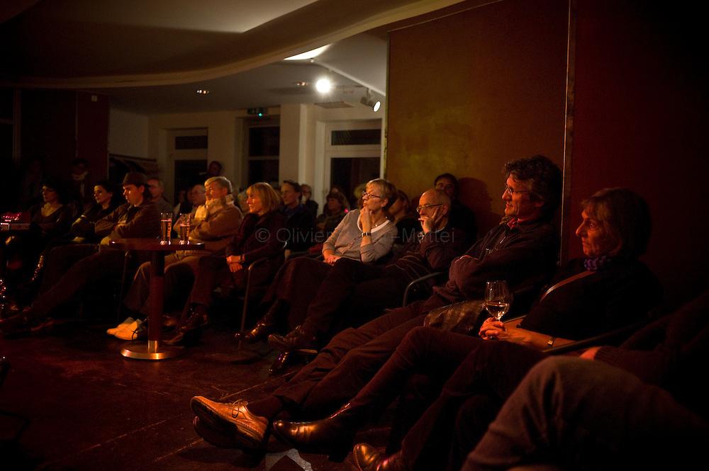 Le 22 octobre 2011, frontière Allemagne / Belgique, près d'Aix La Chapelle, RN 68. Des personnes assistent à un concert de jazz dans l'ancien poste frontière allemand de Köpfchen transformé en bar et salle culturelle.