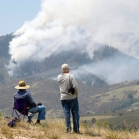 Local residents watch the High Park Fire, about 15 miles northwest of Fort Collins, Colorado June 11, 2012.  The fire was estimated to be at 37,000 acres according to the county sheriff June 11, 2012. REUTERS/Rick Wilking  (UNITED STATES)
