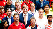 DEN HAAG - Koning Willem Alexander  gaat op de foto met aanvoerders van het WK Hockey . Koning Willem Alexander  is vrijdagmiddag 30 mei in het World Forum in Den Haag aanwezig bij de officiële opening van de Hockey World Cup 2014. COPYRIGHT ROBIN UTRECHT