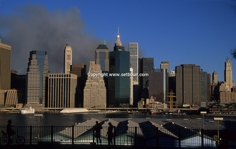 New York. The destroyed skyline  of lower manhattan view from Brooklyn after the terorist attack on world trade center towers in Manhattan  New york  Usa /   Le skyline de lower manhattan detruit vu depuis Brooklyn, apres l'attaque terroriste sur les tours du world trade center a Manhattan  New york  USA