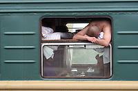 Mann kjeder seg på toget, man is boerd on the train