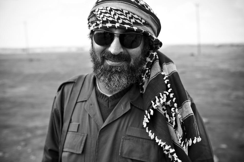 Mohamed Letwish. 43 ans. Benghasi. Businessman dans les voitures. Marié. 3 enfants. 1 frère (shebab, Saleh, 32 ans) capturé près de Ras Lanouf et emprisonné à Tripoli. 1 autre frère (Kilany, 26 ans) tué par un tank près de Benghasi.