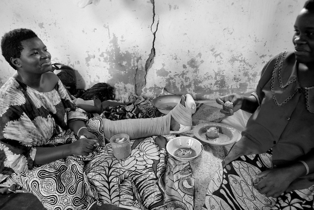 Women eating on their beds at CBL Center of Bujumbura ( Center for injured people) . @ Martine Perret .24 .October 2005.