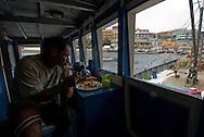 Muelle de Pescadores en casco antiguo de Panamá..Pescadores durante preparación y abastecimiento del barco para salir a la pesca en las costas de Pacifico de Panama..Ramon Lepage / Istmophoto..