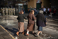 Carabineros cercan el área de la estación Mapocho donde finaliza una multitudinaria marcha estudiantil, Junio 2013, Santiago de Chile.