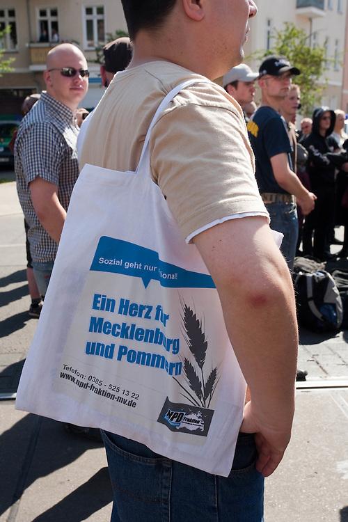 Germany - Deutschland - 1. MAI in BERLIN: Zur NPD-Kundgebung auf dem Gelände der Partei-Bundeszentrale in Berlin-Köpenick versammelten sich etwa 200 Nationalisten und Rechtsextreme.; HIER: kurze Kundgebung der Neonazis auf dem Mandrellaplatz; Kameradschaften, Autonome Nationalisten; Mann mit NPD Wahlkampfmaterial für die Kommunalwahlen in Mecklenburg-Vorpommern im Juni 2009;.BERLIN, MAY 1: 200 Neofascists and supporters of the extrem right wing party NPD made a meeting in the party headquarter in Berlin Koepenick; HERE: short demonstration and speeches on Mandrellaplatz; members of comradships, Autonom Nationalists, 01.05.2009