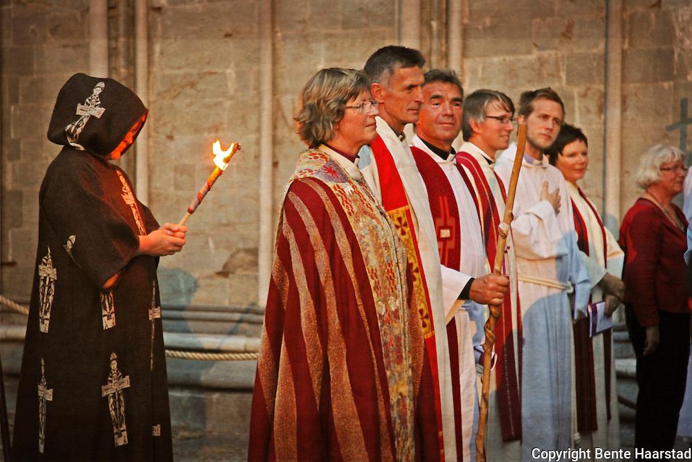 Prester, biskop og pilegrimer ankommer Nidarosdomen til åpningsgudstjeneste, Olavsfestivalen.