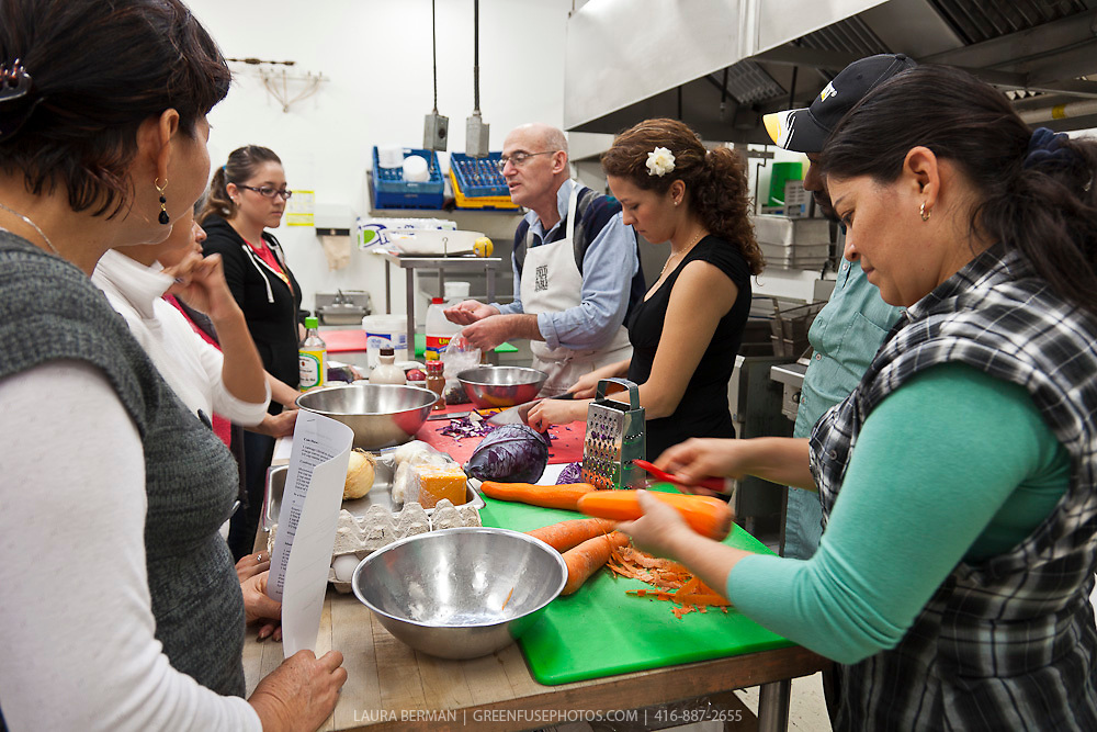 FoodShare chef Alvin Rebick leads a community kitchen at the Learning Enrichment Foundation.