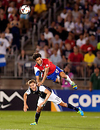 Hartford (CT, USA), 16/07/2013.-&nbsp;  Yeltsin Tejeda of Costa battles for the ball against Stuart Holden the United States during the CONCACAF soccer match held this 16 July 2013, at Rentschler Field in Hartford, Connecticut,USA. <br />