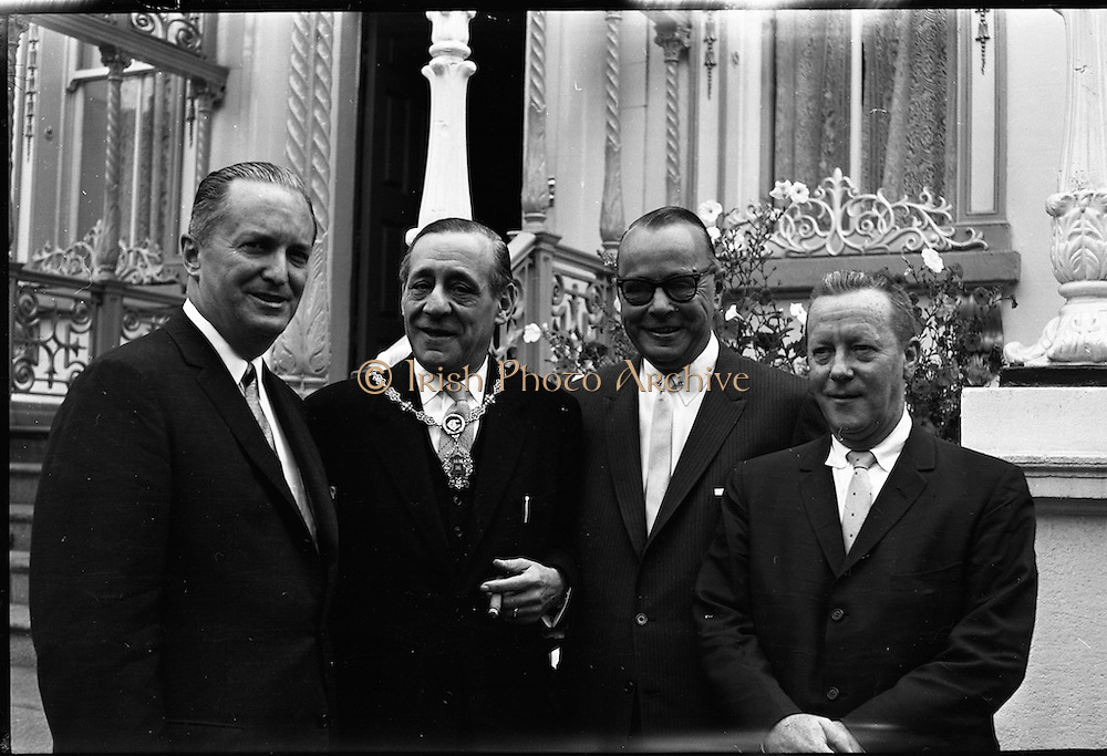 Americans visit Lord Mayor of Dublin, Mr. R. Briscoe, while on holiday in Ireland.<br /> 06.09.1961