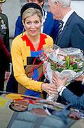 17-12-2015 AMSTERDAM - Queen M&aacute;xima is Thursday December 17 attended the presentation of the Prix de Rome in 2015 in de Appel arts center in Amsterdam. Three visual artists and one artists have been nominated for this award. COPYRIGHT ROBIN UTRECHT17-12-2015 AMSTERDAM - Koningin M&aacute;xima is donderdagmiddag 17 december aanwezig bij de uitreiking van de Prix de Rome 2015 in de Appel arts centre in Amsterdam. Drie beeldend kunstenaars en een kunstenaarscollectief zijn voor deze prijs genomineerd. COPYRIGHT ROBIN UTRECHTKoningin M&aacute;xima toog donderdagmiddag naar het Appel Arts Centre in Amsterdam voor de uitreiking van de Prix de Rome. De organisatie daarvan is in handen van het Mondriaan Fonds. Het ontwerp van het sprinkhaanjurkje, &lsquo;grasshopper dress&rsquo; van het Nederlandse ontwerpersduo Spijkers &amp; Spijkers lijkt misschien een knipoog naar de organisatie, ware het niet dat Mondriaan &lsquo;De Stijl&rsquo; verliet omdat Theo van Doesburg diagonalen introduceerde in zijn werk.<br /> Het jurkje in een andere kleurcombinatie kost een kleine 500 euro en is te koop in de webshop van Spijkers &amp; Spijkers.