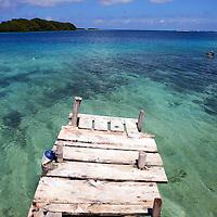 Vista del Cayo Madrizquí desde Cayo Pirata ambos ubicados en el Archipiélago de Los Roques, 28-09-06. El Parque Nacional Los Roques se encuentra a 176 kilómetros al norte de la ciudad de Caracas y constituye uno de los reservorios naturales más grandes del Caribe. Con 42 islotes, es considerado el parque marino más grande de América Latina.(Iván González)