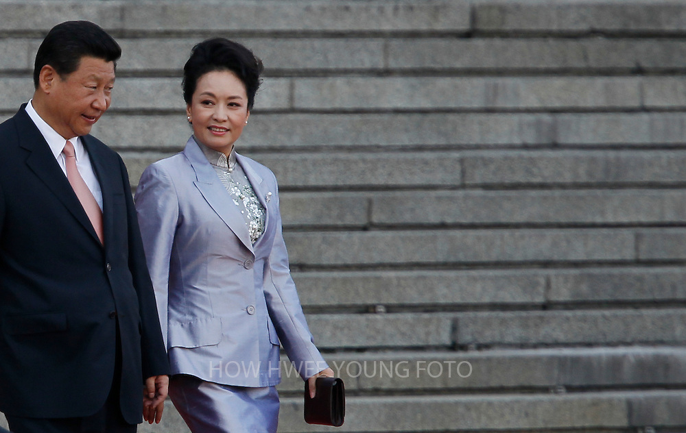 epa03830587 Chinese President Xi Jinping (L) and his wife Peng Liyuan arrive for a welcoming ceremony for the Kenyan President at the Great Hall of the People in Beijing, China 19 August 2013.  EPA/HOW HWEE YOUNG