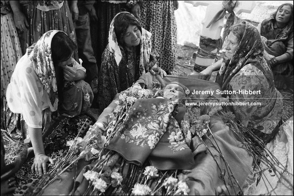 RELATIVES GRIEVE AT THE BODY OF TALIA MIHAI..SINTESTI, ROMANIA. MAY 1997..©JEREMY SUTTON-HIBBERT 2000..TEL./FAX. +44-141-649-2912..TEL. +44-7831-138817.