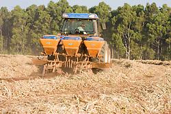 Cultivador de soqueiras eh um implemento usado apos a colheita da cana, com as funcoes de: aplicar o adubo necessario e descompactar o solo para permitir que a soqueira da cana (raiz) brote novamente com vigor./Crop land being fertilized to receive Sugar cane crops