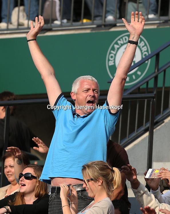 French Open 2014, Roland Garros,Paris,ITF Grand Slam Tennis Tournament,<br /> Feature,Fan auf der Tribuene streckt die Arme hoch und animiert die Zuschauer die Welle zu machen,Freude,Spass,Halbnkoerper,Hochformat,