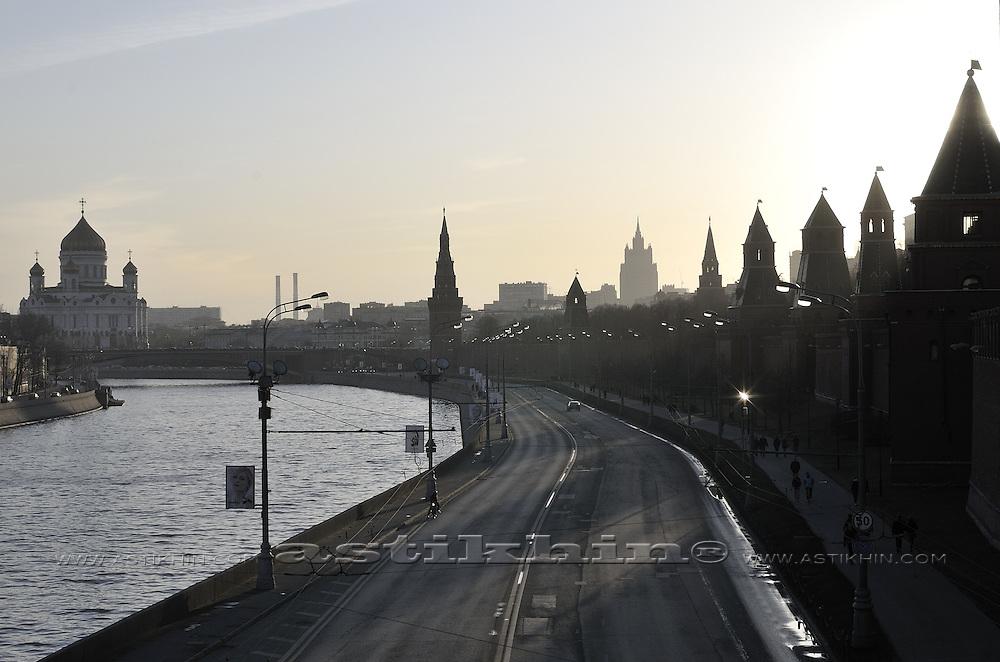 Sunset in Moscow. Kremlyovskaya naberezhnaya.