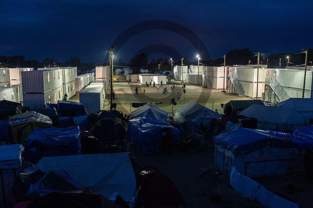 Calais, Frankreich - 16.10.2016<br /> &Uuml;bersichtsbild mit dem offiziellen Teil des Dschungel von Calais. Das Fluechtlingscamp an der Kueste zum Aermelkanal soll laut franz&ouml;sischer Regierung in den n&auml;chsten Tagen geraeumt werden. In dem Camp leben um die 1000 Fluechtlinge und warten auf die Moeglichkeit zur Weiterreise durch den Eurotunnel nach Gro&szlig;britannien. Photo: Foto: Markus Heine / heineimaging<br /> <br /> Calais, France - 2016/10/16<br /> Aerial view in the official part of the Calais Jungle. The refugee camp on the coast to the English Channel is to be cleared in the next few days, according to the French government. In the camp live around the 1000 refugees and wait for the possibility to travel further through the Eurotunnel to the UK. Photo: Foto: Markus Heine / heineimaging<br /> <br /> ------------------------------<br /> <br /> Ver&ouml;ffentlichung nur mit Fotografennennung, sowie gegen Honorar und Belegexemplar.<br /> <br /> Bankverbindung:<br /> IBAN: DE65660908000004437497<br /> BIC CODE: GENODE61BBB<br /> Badische Beamten Bank Karlsruhe<br /> <br /> USt-IdNr: DE291853306<br /> <br /> Please note:<br /> All rights reserved! Don't publish without copyright!<br /> <br /> Stand: 10.2016<br /> <br /> ------------------------------