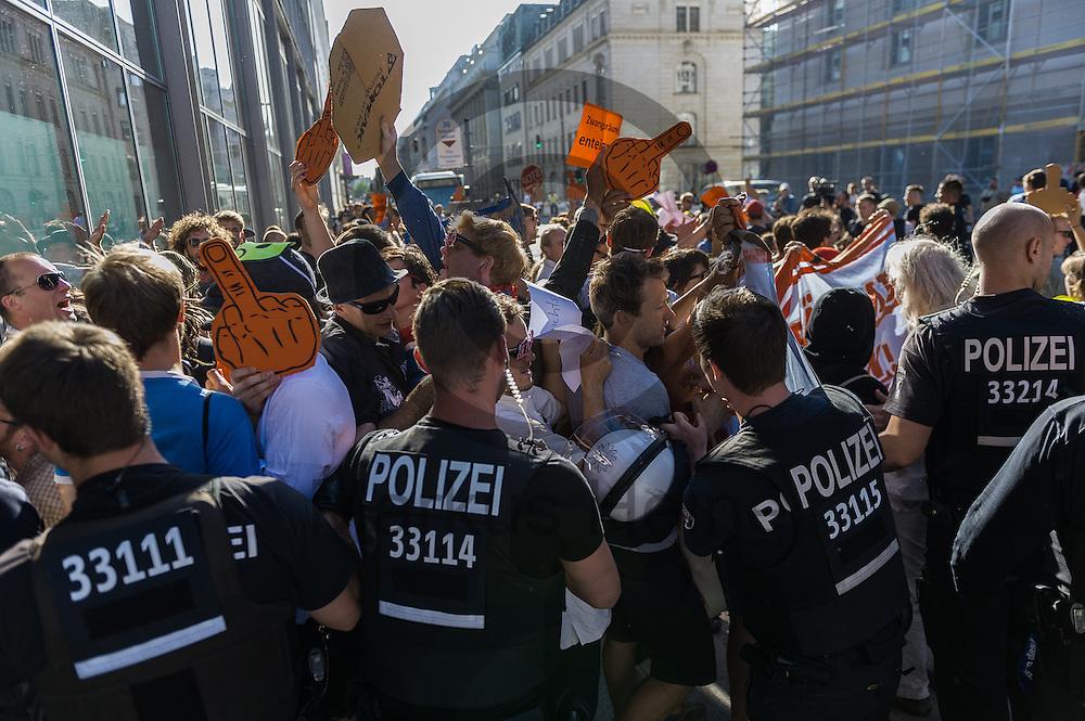 Polizisten dr&auml;ngen w&auml;hrend der Demonstration &quot;Recht auf Stadt statt Schloss&quot; am 08.06.2016 in Berlin, Deutschland Demonstranten zur&uuml;ck die versuchen den Kongress zu st&uuml;rmen. Mehrere hundert Menschen demonstrierten unter dem Motto &quot;Recht auf Stadt statt Schloss&quot; gegen den Tag der deutschen Immobilienwirtschaft und gegen den immer weniger werdenden Wohnraum f&uuml;r gering und normalverdienende. Foto: Markus Heine / heineimaging<br /> <br /> ------------------------------<br /> <br /> Ver&ouml;ffentlichung nur mit Fotografennennung, sowie gegen Honorar und Belegexemplar.<br /> <br /> Bankverbindung:<br /> IBAN: DE65660908000004437497<br /> BIC CODE: GENODE61BBB<br /> Badische Beamten Bank Karlsruhe<br /> <br /> USt-IdNr: DE291853306<br /> <br /> Please note:<br /> All rights reserved! Don't publish without copyright!<br /> <br /> Stand: 06.2016<br /> <br /> ------------------------------