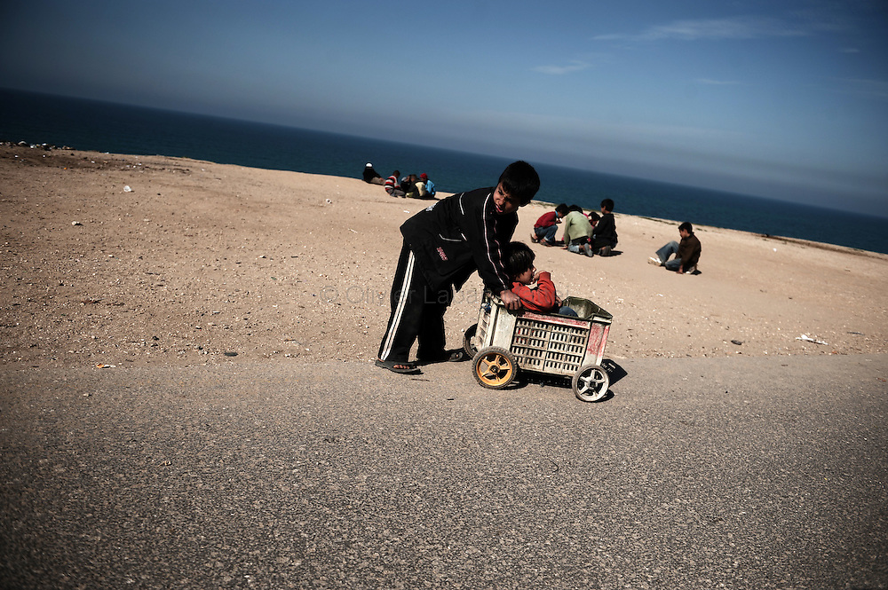 Palestinian children play near the beach in southern Gaza City on January 21, 2009. European Union nations will press Israel to open the war-torn Gaza Strip to humanitarian aid and consolidate a ceasefire that ended the Jewish state's war on Hamas, officials in Brussels said. The last Israeli soldier withdrew from Gaza on January 21, the fourth day of a ceasefire that ended a three-week blitz on the Islamic Hamas movement, leaving 1,300 Palestinians dead and a trail of devastation.