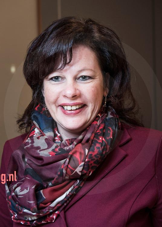 17december2013 Nederland, vriezenveen Fractie Boerkamp<br /> Boerkamp<br /> Simone Boerkamp FunctieFractievoorzitter<br /> AdresDe Ruyterstraat 26<br /> 7671 XK   Vriezenveen<br /> Telefoonnummer(0546) 433 499<br /> E-mail adress.boerkamp@twenterand.nl<br /> Hoofd- en nevenfunctie(s)<br /> <br /> Hoofdfunctie: UWV Claimbehandelaar, 24 uur per week, bezoldigd<br /> Nevenfuncties:<br /> <br />     Secretaresse Training en Zorg CDA, 5 keer per jaar, onbezoldigd<br />     Adviserend lid CDA Basisgroep Sociale Zekerheid, 6 keer per jaar, onbezoldigd<br />     Lid van de werkgroep Participatie (landelijke werkgroep CDA)<br />     Sim Advies, Begeleiding en Training