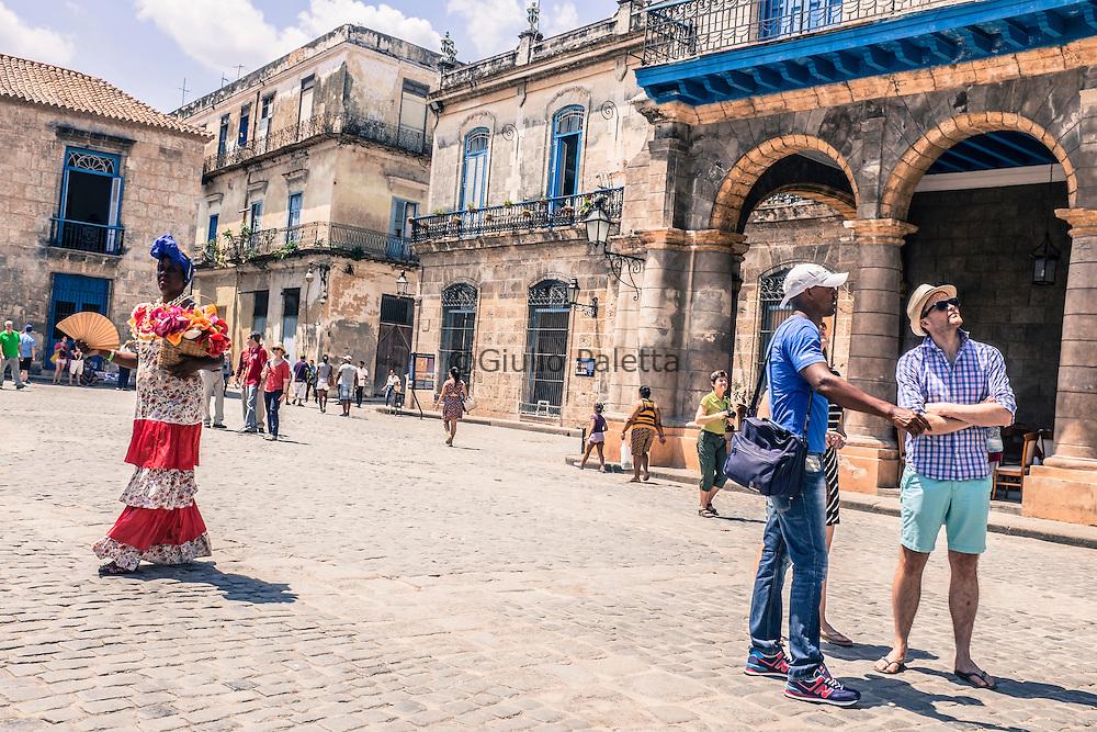Piazza della Cattedrale. Turisti per le strade del centro storico dell'Havana. Dal 17 Dicembre, il giorno dell'inizio del disgelo tra USA e Cuba, il numero di turisti che hanno visitato l'isola è triplicato, specialmente il numero di Nord Americani