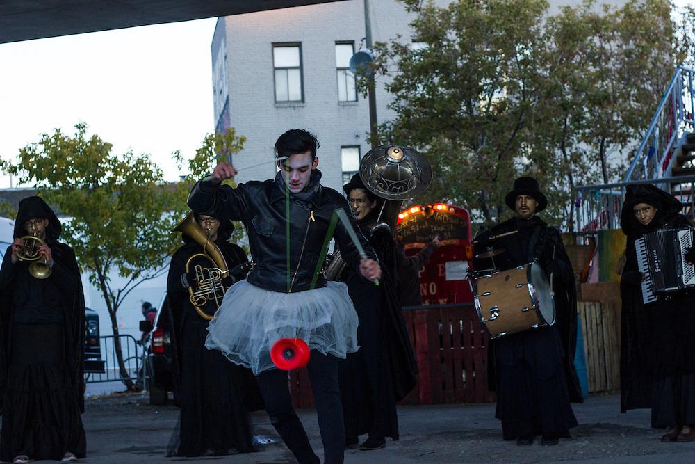 Les Mongoles & La Fanfare Carmagnole, Sous le viaduc Van Horne à l'angle de Saint-Laurent, Samedi le 17 octobre 2015