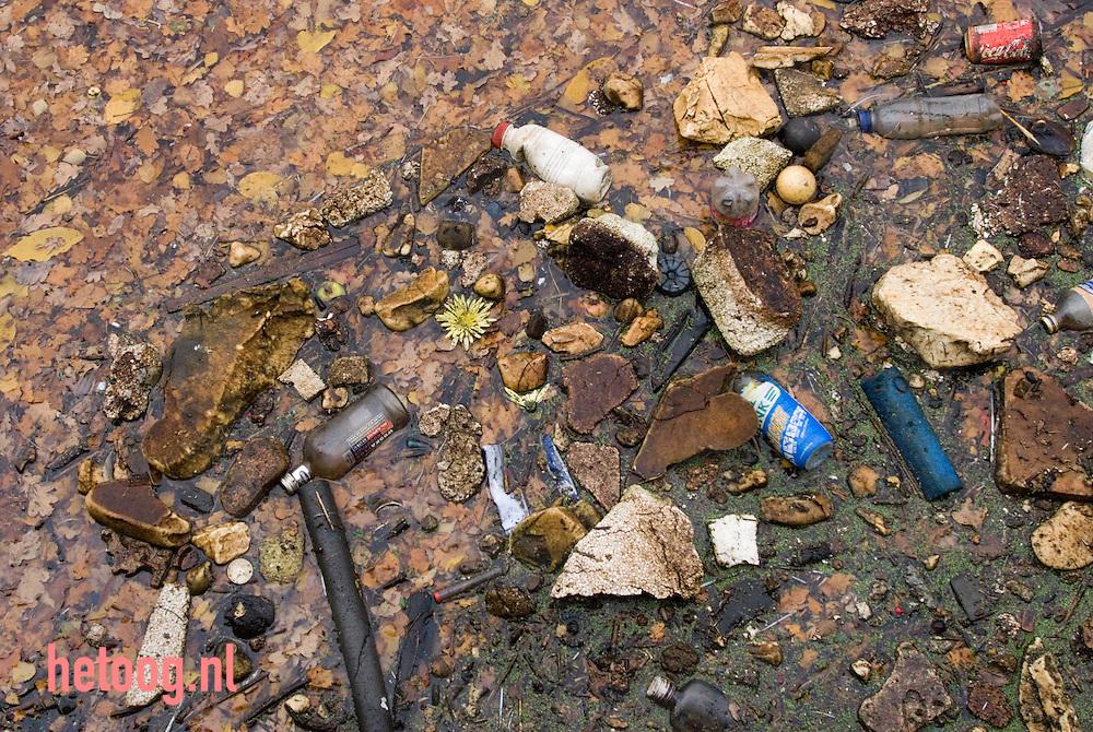 enschede, handelshaven - divers afval drijft in het water van het twentekanaal