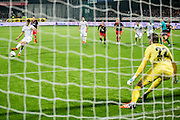 ROTTERDAM - Excelsior - Vitesse , Voetbal , Eredivisie , Seizoen 2015/2016 , Stadion Woudestein , 31-10-2015 , Vitesse speler Dominic Solanke (l) scoort de penalty door hem langs Excelsior keeper Tom Muyters (r) te schieten