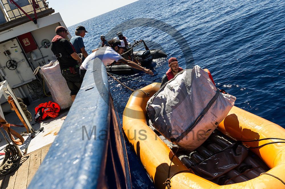 Besatzungsmitglieder beladen am 22.09.2016 auf dem Fluechtlingsrettungsboot Sea-Watch 2 in internationalen Gewaessern vor der libyschen Kueste ein Wildwasserboot mit Paketen mit Schwimmwesten. Foto: Markus Heine / heineimaging<br /> <br /> ------------------------------<br /> <br /> Veroeffentlichung nur mit Fotografennennung, sowie gegen Honorar und Belegexemplar.<br /> <br /> Publication only with photographers nomination and against payment and specimen copy.<br /> <br /> Bankverbindung:<br /> IBAN: DE65660908000004437497<br /> BIC CODE: GENODE61BBB<br /> Badische Beamten Bank Karlsruhe<br /> <br /> USt-IdNr: DE291853306<br /> <br /> Please note:<br /> All rights reserved! Don't publish without copyright!<br /> <br /> Stand: 09.2016<br /> <br /> ------------------------------