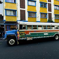 Autobus diablo rojo en Casco antiguo de la ciudad de Panama. El Casco antiguo es la ciudad colonial de Panamá, que fue reconstruida después del saqueo del pirata Henry Morgan. Actualmente conserva su  arquitectura colonial y tiene restaurantes,  tiendas y galerías de arte..Foto: Ramon Lepage / Istmophoto
