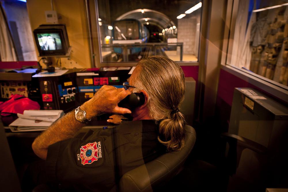 Le formateur pompier Richard Gilbert téléphone de la salle de contrôle du centre de formation des pompiers du métro..© Caroline Hayeur/Agence Stock Photo