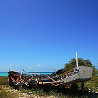 Un bote ubicado en Cayo Pirata. Archipiélago de Los Roques, 29-09-06. El Parque Nacional Los Roques se encuentra a 176 kilómetros al norte de la ciudad de Caracas y constituye uno de los reservorios naturales más grandes del Caribe. Con 42 islotes, es considerado el parque marino más grande de América Latina. (Iván González)